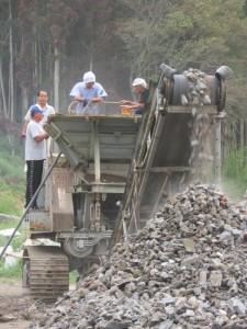 084瓦礫を砕く重機size_down